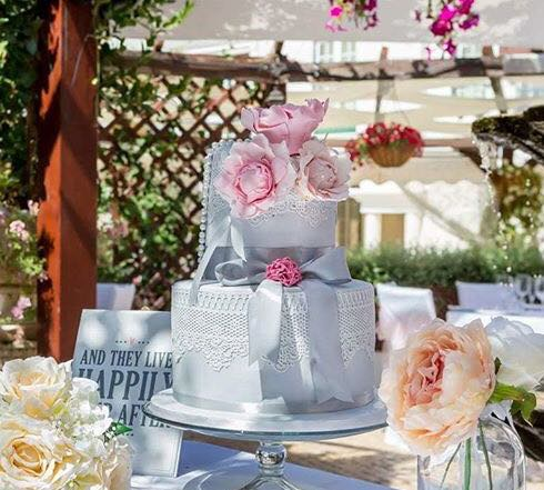 2 tier traditional wedding cake